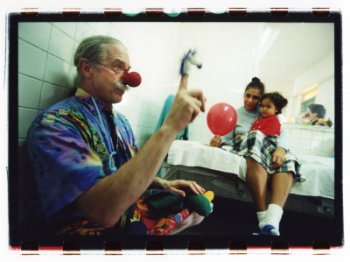 http://heiwaki.files.wordpress.com/2010/08/dr_patch_adams.jpg?w=350